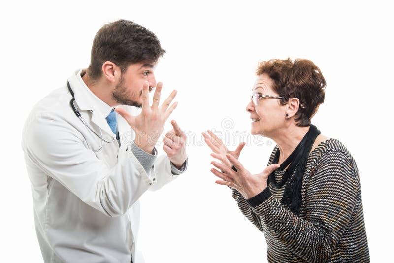 Samiec doktorska i starszy żeński pacjent pokazuje pięć zdjęcia stock