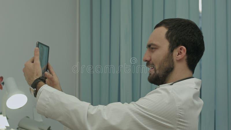 Samiec doktorski bierze selfie, ono uśmiecha się zdjęcia stock