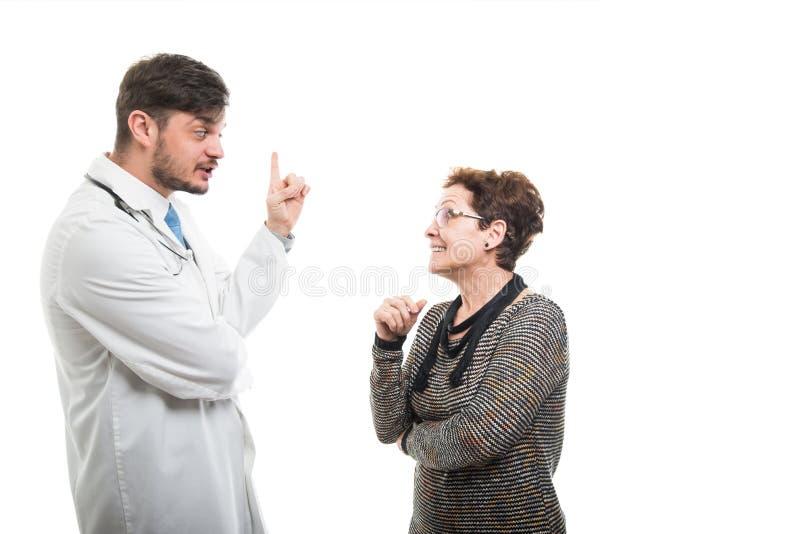 Samiec doktorski gestykuluje pomysł starszy żeński pacjent obraz royalty free
