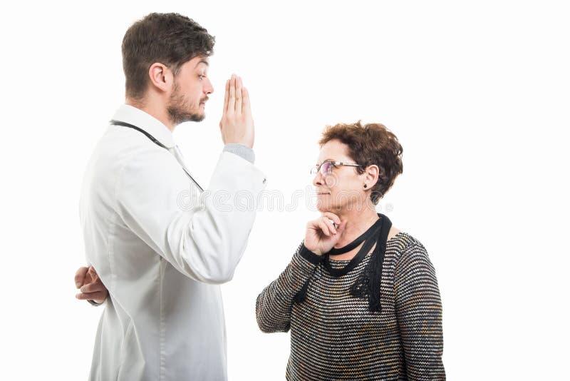 Samiec doktorski i żeński starszy cierpliwy seans imitaci ślubowania gest obrazy stock