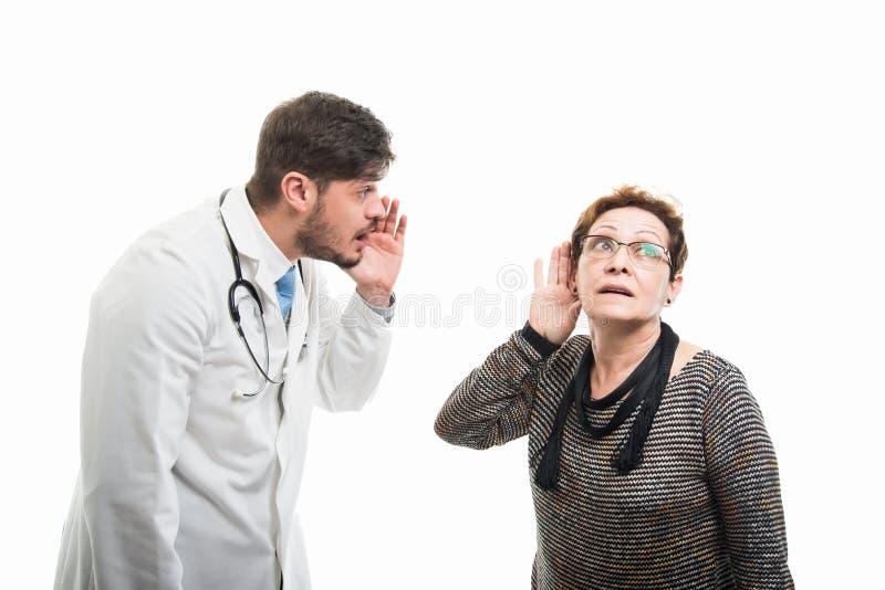 Samiec doktorski krzyczeć no słuchać żeńskiego pacjenta obraz stock