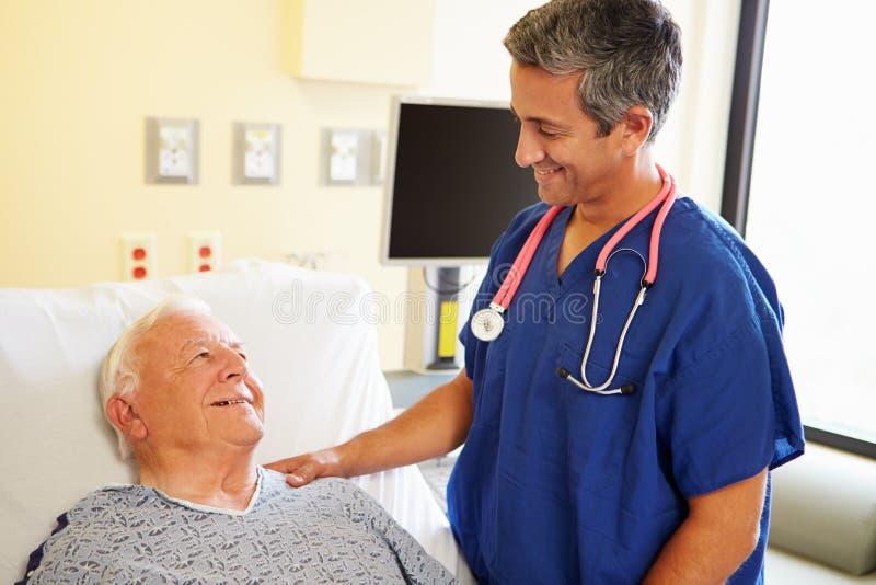 Samiec Doktorski Opowiadać Z Starszym Męskim pacjentem zdjęcie stock