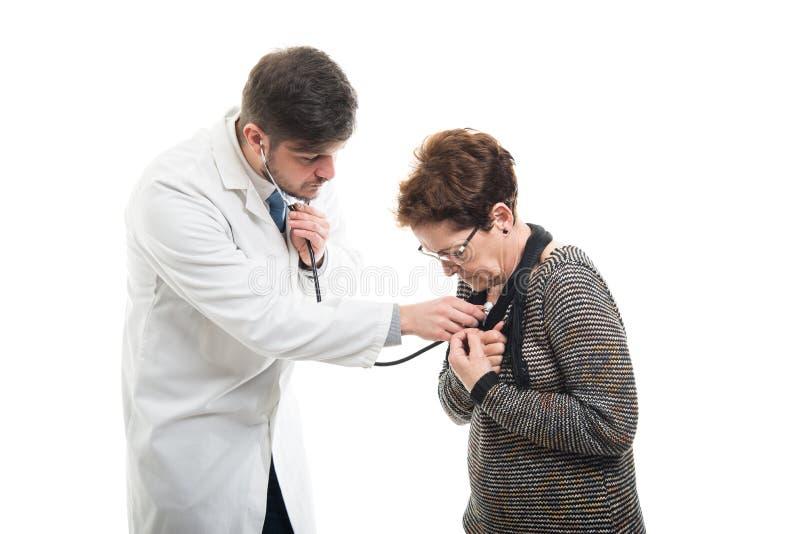 Samiec doktorski ordynacyjny żeński starszy pacjent z stetoskopem obrazy royalty free