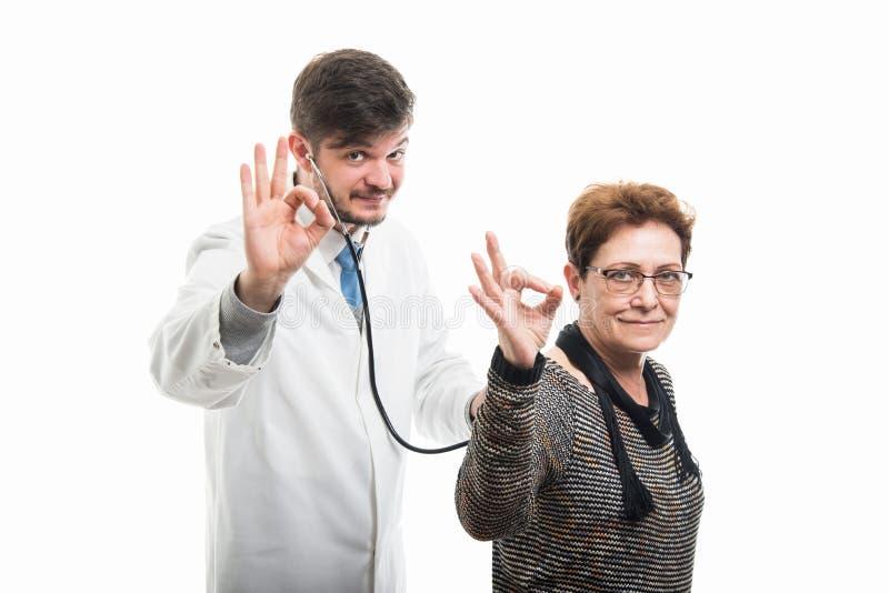 Samiec doktorski ordynacyjny żeński starszy pacjent z stetoskopem sh zdjęcia royalty free