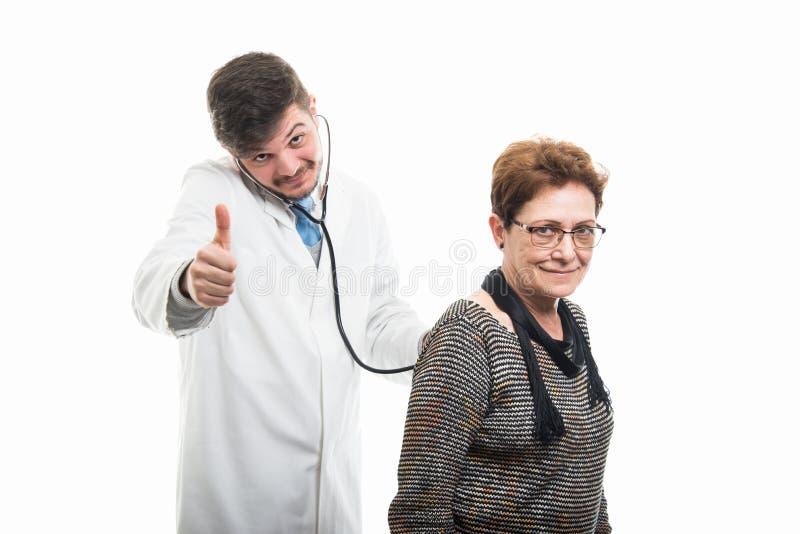 Samiec doktorski ordynacyjny żeński starszy pacjent z stetoskopem sh fotografia royalty free