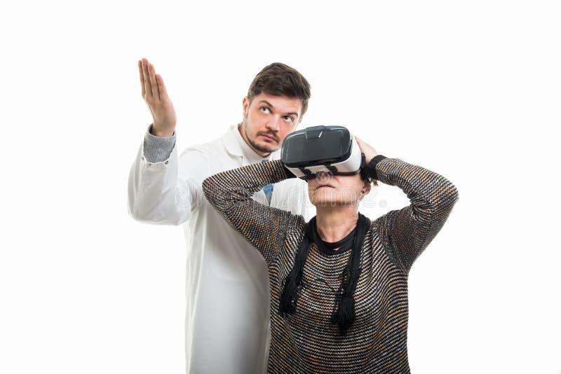 Samiec doktorski seans żeński starszy pacjent z vr gogle obraz stock