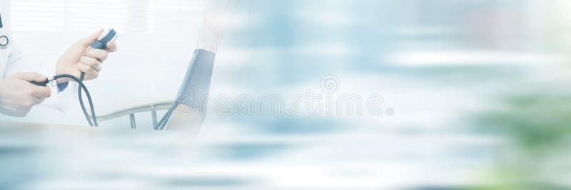 Samiec doktorski sprawdza ciśnienie krwi młoda kobieta zdjęcie stock