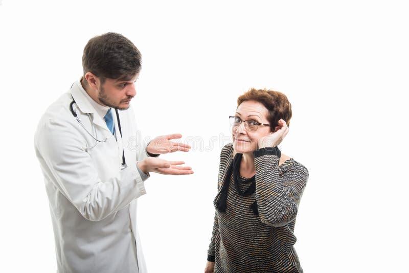 Samiec doktorski wyjaśniać no słuchać well żeńskiego pacjenta obrazy stock