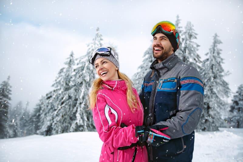Samiec i żeński szczęśliwy w śnieżnej górze wpólnie zdjęcie stock
