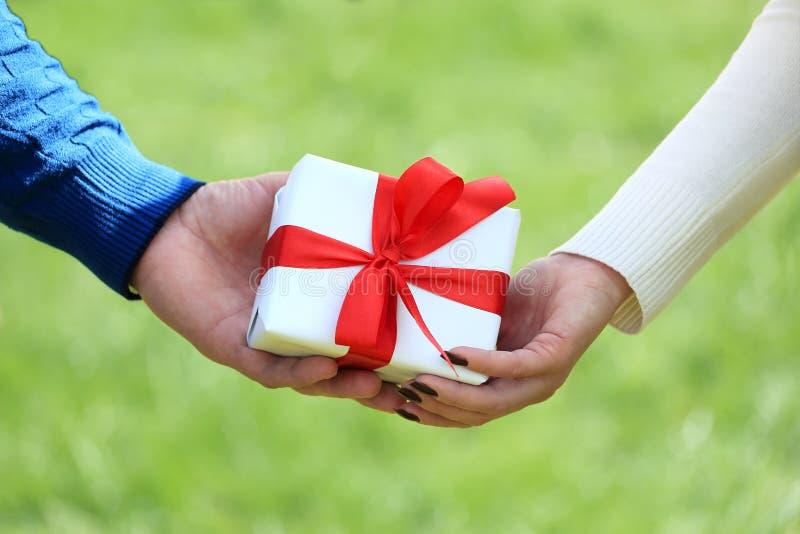Samiec i kobiety ręki z prezenta pudełkiem zdjęcia royalty free