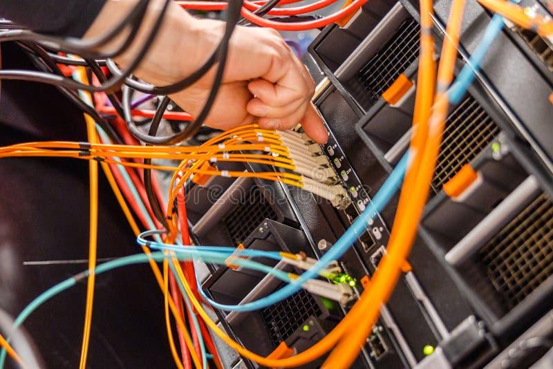 Samiec IT inżynier Czopuje Wysokiego prędkości włókna kabel W sieci zmianie fotografia stock