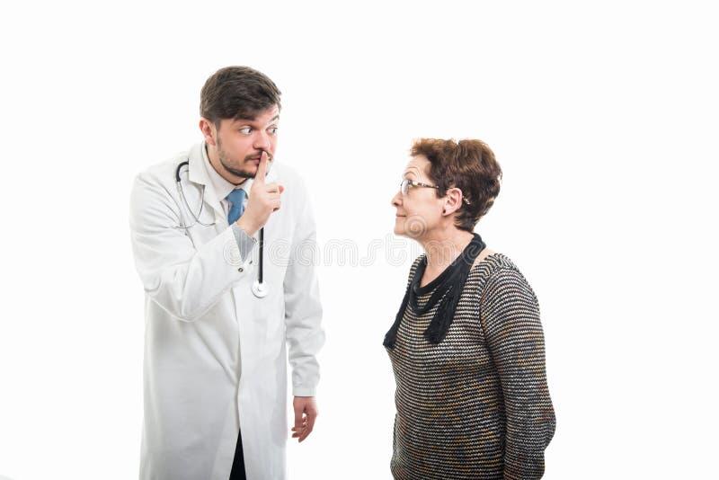 Samiec lekarka robi cichemu gestowi żeński starszy pacjent obrazy royalty free