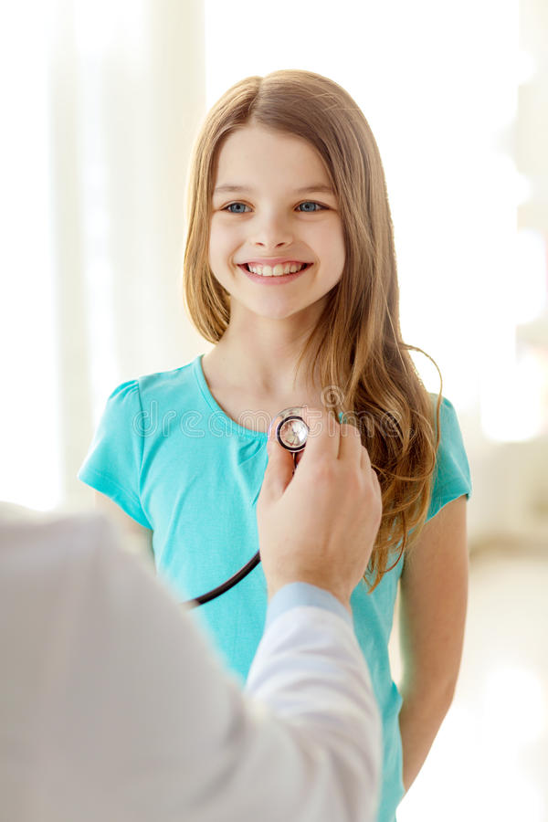 Samiec lekarka słucha dziecko z stetoskopem obraz stock