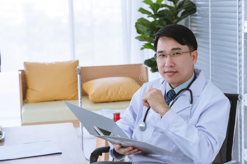 Samiec lekarka siedzi na wózku inwalidzkim zdjęcia stock