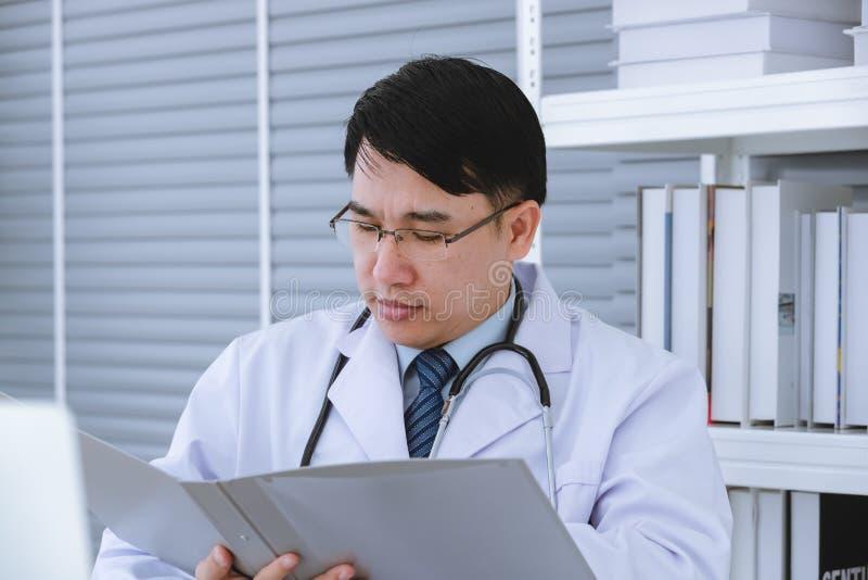 Samiec lekarka siedzi na w?zku inwalidzkim obraz stock