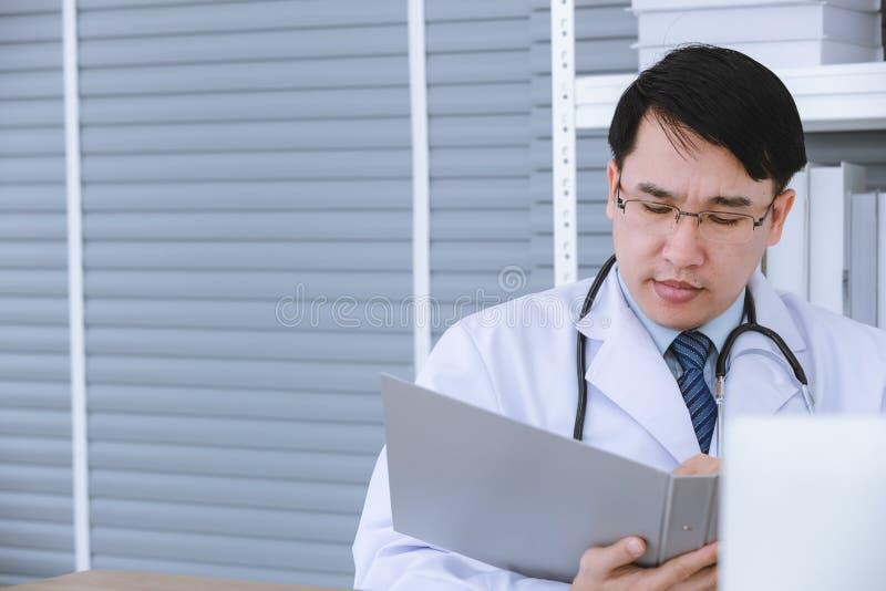 Samiec lekarka siedzi na w?zku inwalidzkim zdjęcie royalty free