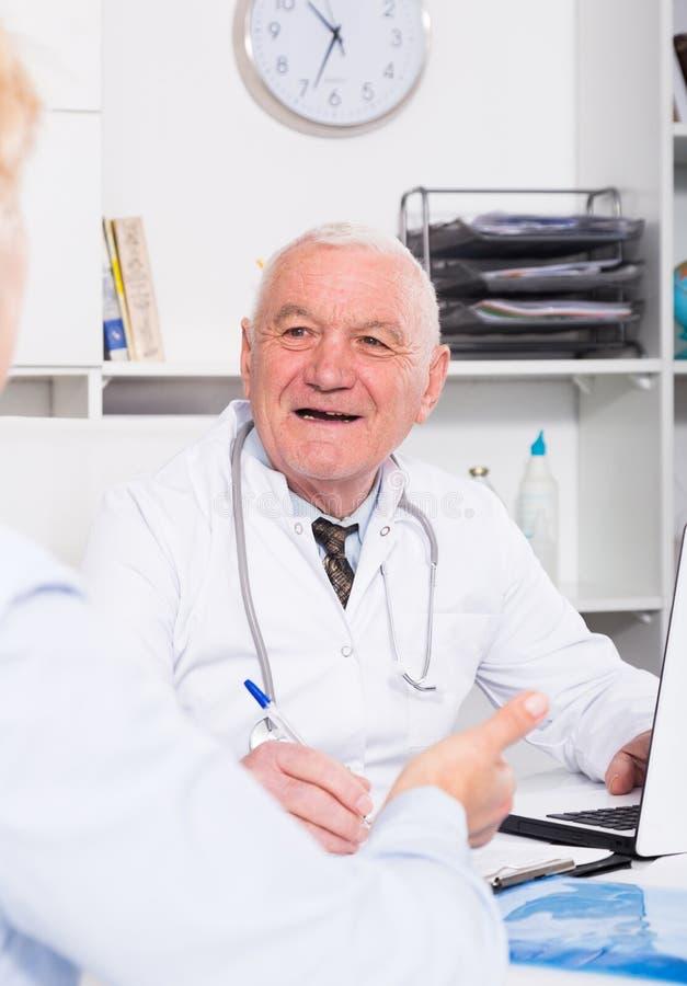 Samiec lekarka z żeńskim klientem zdjęcia royalty free