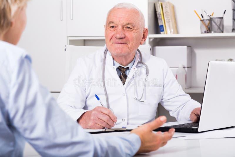 Samiec lekarka z żeńskim klientem obraz stock