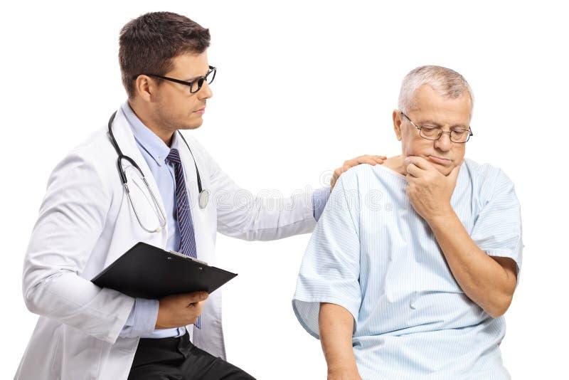 Samiec lekarka z zmartwionym starszym pacjentem zdjęcie royalty free