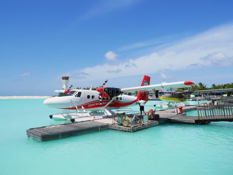 SAMIEC MALDIVES, LIPIEC, - 14, 2017: Pilotowy narządzanie dla hydroplanu lota przy Męskim hydroplanu terminal zdjęcia royalty free