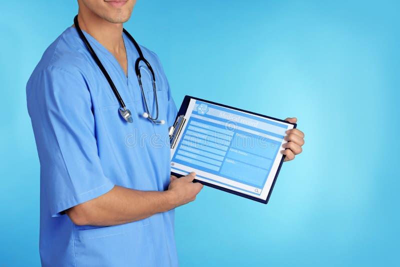 Samiec mienia doktorski stetoskop i schowek z rejestrem tworzymy na koloru tle, zbliżenie zdjęcie royalty free