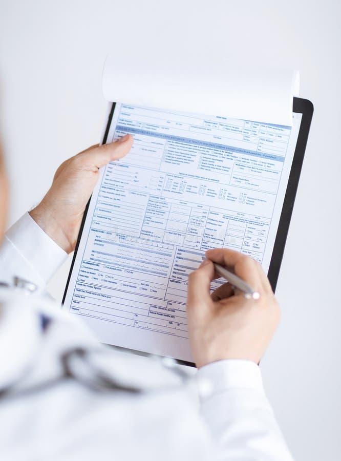 Samiec mienia recepty doktorski papier w ręce fotografia royalty free