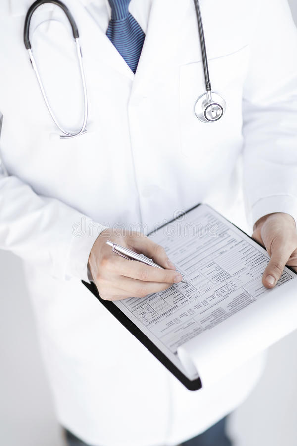 Samiec mienia recepty doktorski papier w ręce fotografia stock