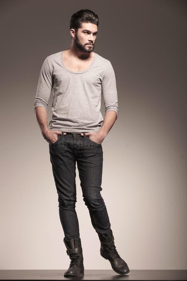 Samiec model z brodą w mody pozie zdjęcie royalty free
