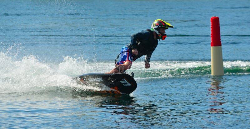 Samiec Motosurf konkurent Bierze kąt przy prędkością tworzy mnóstwo kiść fotografia royalty free