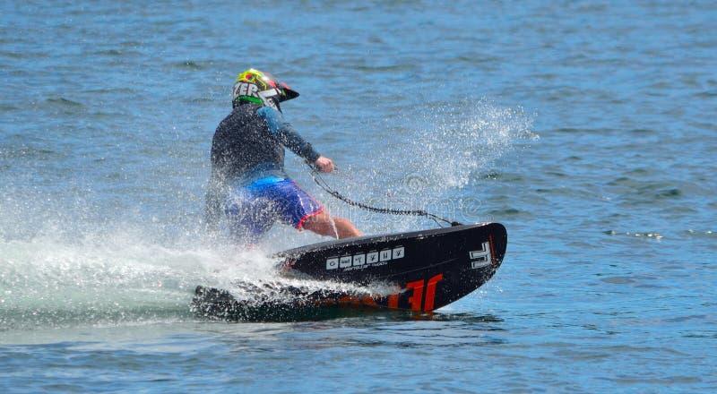 Samiec Motosurf konkurent Bierze kąt przy prędkością tworzy mnóstwo kiść obraz royalty free