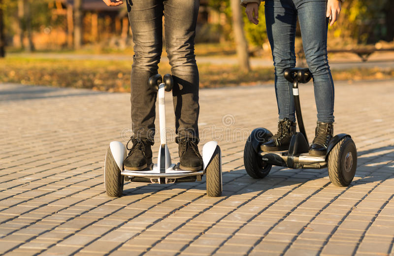 Samiec nogi na elektrycznym hulajnoga outdoors gyroscooter zdjęcia stock