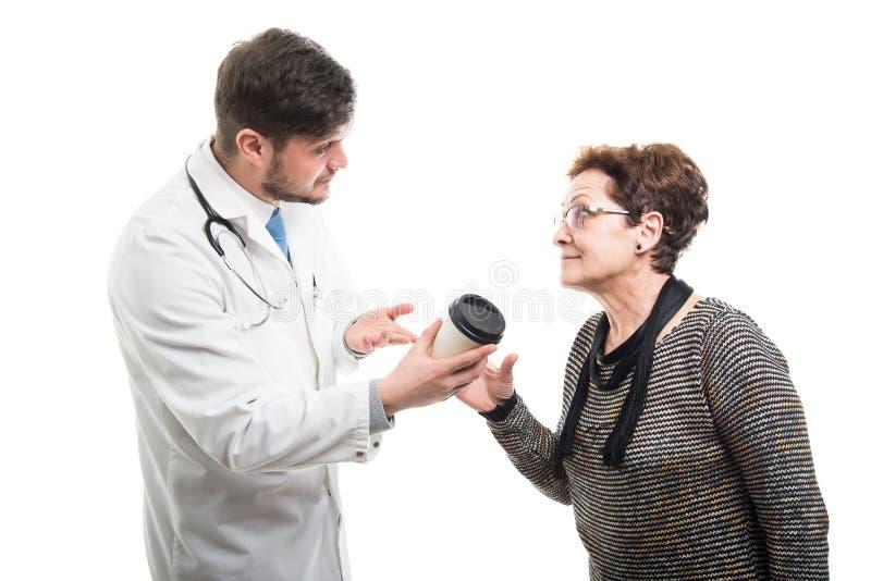 Samiec ofiary doktorska kawa żeński starszy pacjent obrazy royalty free