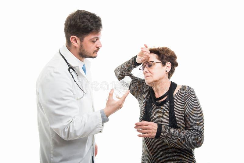 Samiec ofiary doktorska woda żeński starszy pacjent zdjęcia royalty free