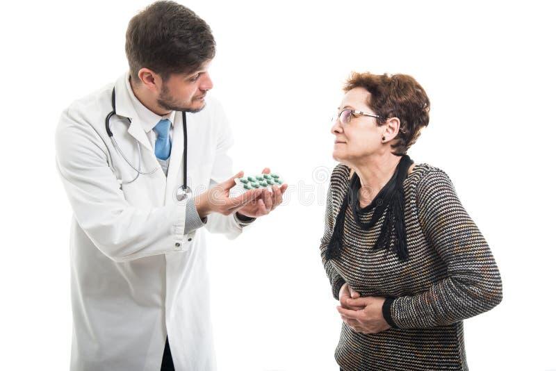 Samiec ofiary doktorskie pigułki żeński starszy pacjent zdjęcia stock