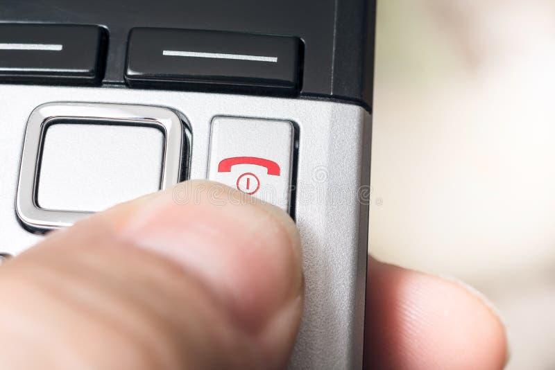Samiec palec Na Czerwonym Wiesza Up guzika radio DECT Telefphone, Przygotowywającego Kończyć wezwanie obraz stock