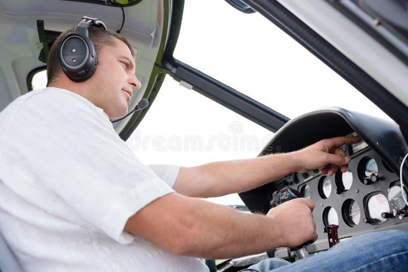 Samiec pilot przy kontrola samolotem zdjęcia royalty free