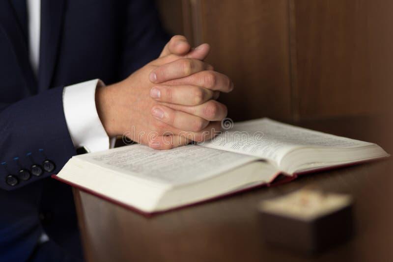 Samiec ręki na biblii zdjęcia royalty free