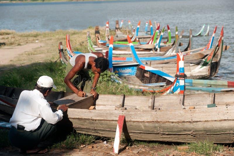Samiec remontowa tradycyjna łódź zdjęcia royalty free