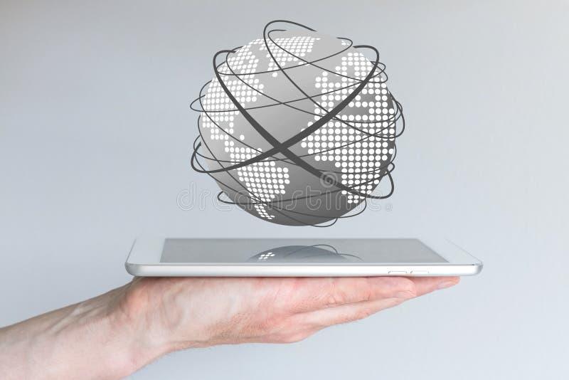 Samiec wręcza mienie pastylkę lub wielkiego mądrze telefon łączyć internet po to, aby obrazy stock