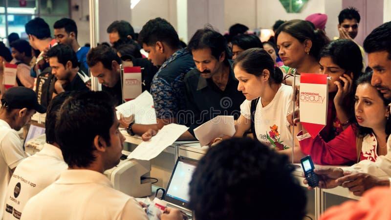 Samla av folk i registreringsräknare arkivfoton