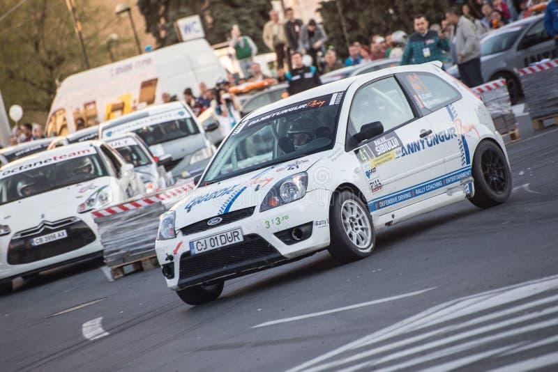 Samla bilen under det stads- loppet royaltyfria bilder