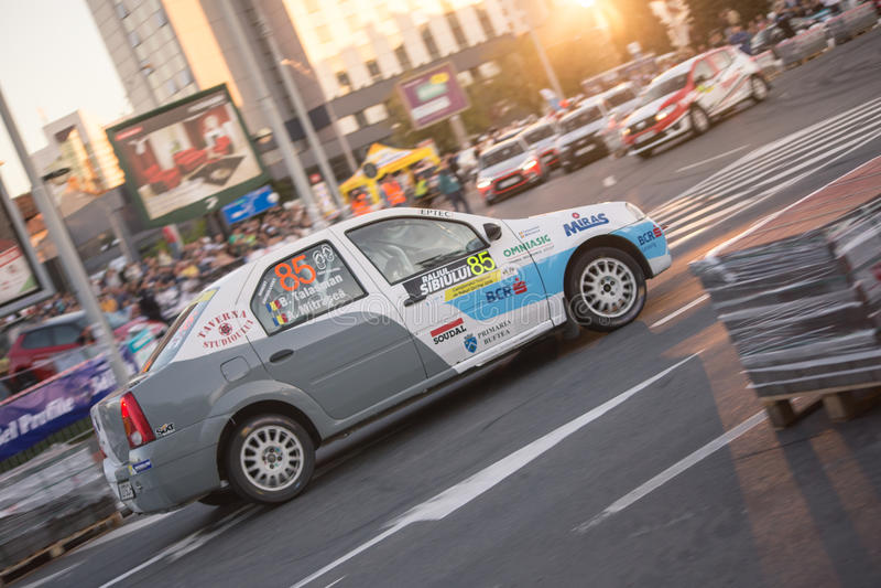 Samla bilen under det stads- loppet arkivfoton