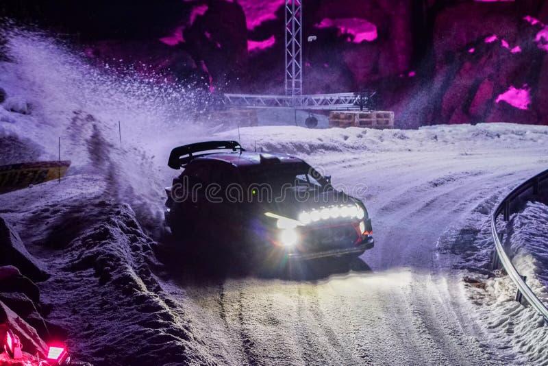 Samla bilen under loppet på ett snöig spår på natten fotografering för bildbyråer