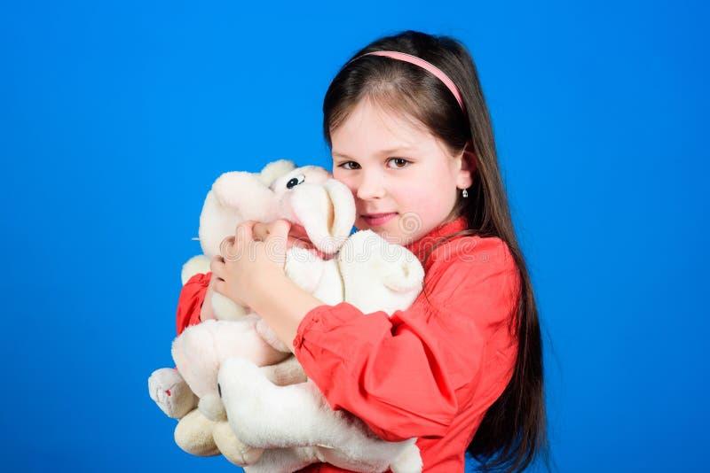 Samla leksakerhobby Hysa minnen av barndom Liten flicka som ler framsidan med leksaker lycklig barndom ballerina little arkivbild