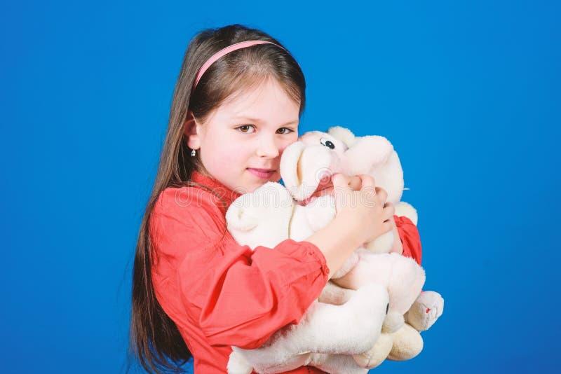 Samla leksakerhobby Hysa minnen av barndom Liten flicka som ler framsidan med leksaker lycklig barndom ballerina little royaltyfria bilder