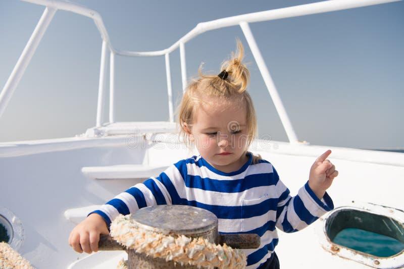 Samla minnen Underh?llningjobb Behandla som ett barn pojken f?r att tycka om skeppet f?r semesterhavskryssning Barnsj?man Resa fö royaltyfri fotografi