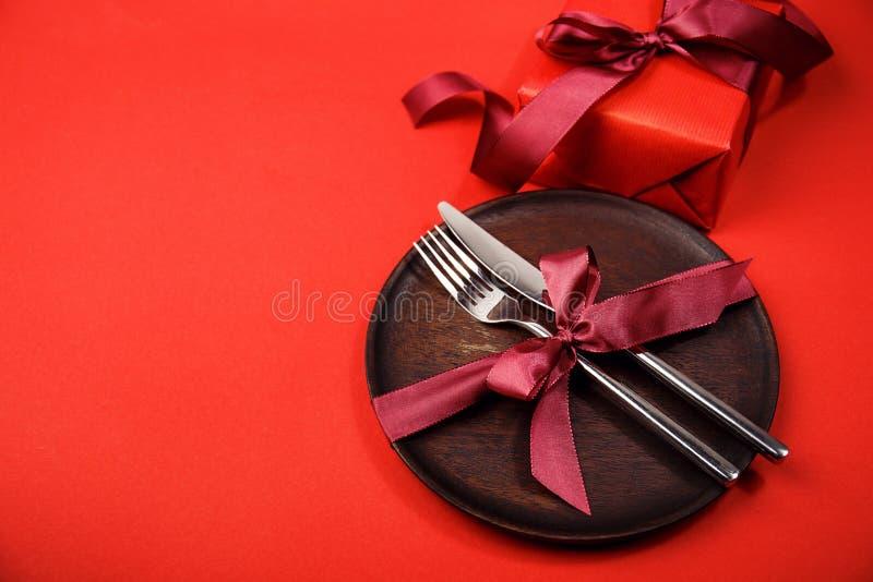 Samlad bordsservis och giftbox royaltyfri foto