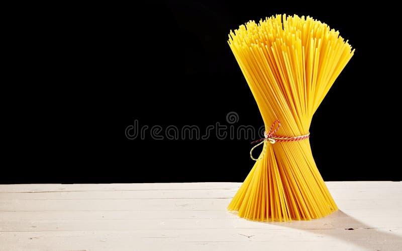 Samlad ihop spagetti på tabellen med svart kopieringsutrymme arkivbilder