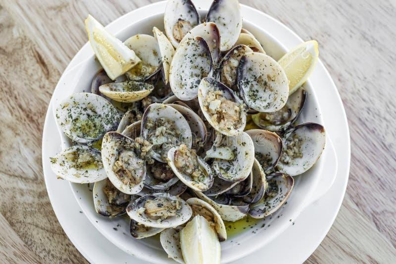 Samlar musslor ångat vitt vin för vitlök det enkla mellanmålet för havs- tapas royaltyfri bild
