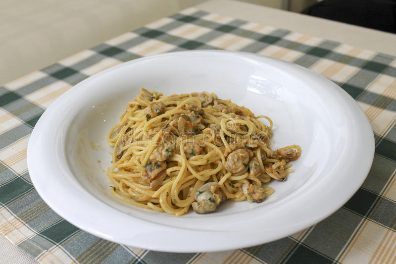 samlar musslor spagetti royaltyfri fotografi